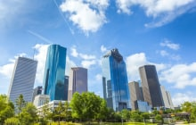 Skyline of Houston, Texas in daytime under blue sky © Jorg Hackemann